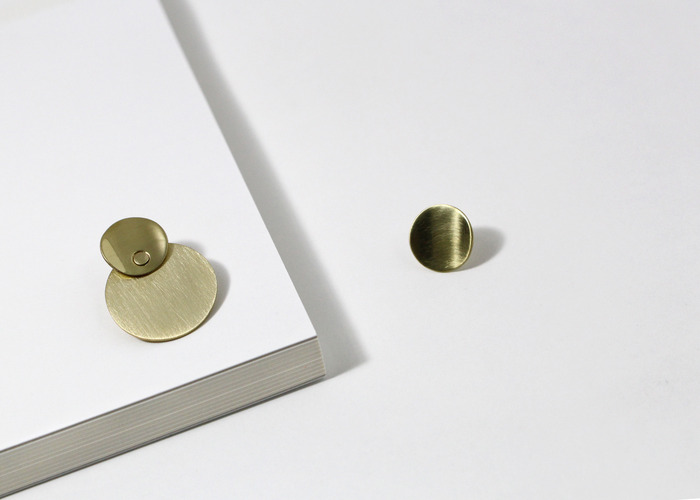 UNBALANCED CIRCLE EARRING. BRASS