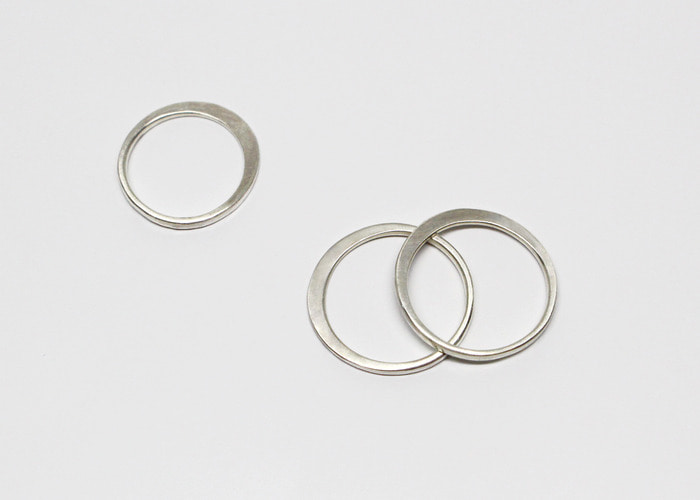LINE & FACE RING. SILVER