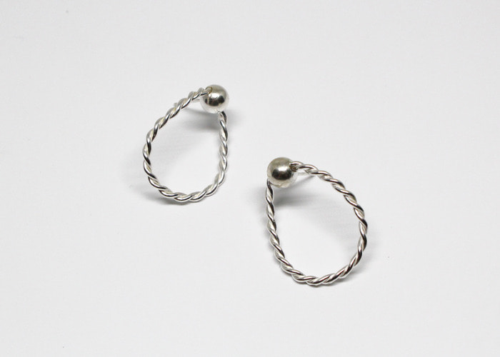 TWISTED DROP EARRING. SILVER